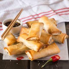 Vegan baked spring rolls with a dipping sauce - Lazy Cat Kitchen Vegan Foods, Vegan Snacks, Vegan Dishes, Vegan Vegetarian, Vegetarian Recipes, Vegetarian Starters, Vegan Starters, Baked Spring Rolls, Vegetarian Spring Rolls