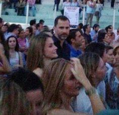 Los Príncipes de Asturias asisten por sorpresa al concierto de Hombres G