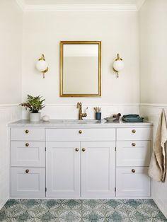 Inspiration: Så inreder du ett nytt badrum i gammaldags stil - Inspiration: Så inreder du ett nytt badrum i gammaldags stil – Allt i Hemmet - Timeless Bathroom, Modern White Bathroom, Rustic Bathrooms, Modern Bathroom Design, Bathroom Niche, Bathroom Colors, Small Bathroom, Bathroom Lighting, Bathroom Ideas