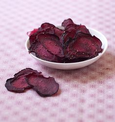 Beetroot crisps in the oven - homemade without fryer - Ôdélices cooking recipes - recettes - Raw Food Recipes Beetroot Crisps, Baked Beet Chips, Healthy Cooking, Healthy Snacks, Raw Food Recipes, Cooking Recipes, Brunch, Good Food, Yummy Food