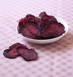 Des chips de betterave : c'est joli, gourmand et diététique ! Même les enfants y goûteront. Ils sont légèrement sucrés, une très bonne recette !