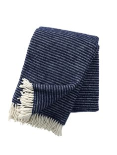 Klippan Ralph is een mooie eco wollen plaid gemaakt van eco lamswol. Dit plaid heeft een ingeweven streepmotief en leuke ecru kleurige franjes, kortom een echte sfeermaker in huis. Kijk ook op www.Klippan.nl