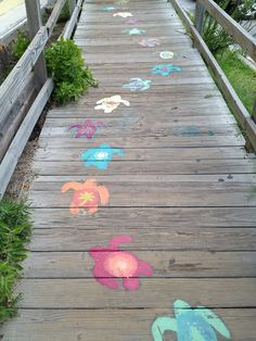 Seaside Style❤️ with chalk for decoration? Seaside Style, Beach Cottage Style, Beach House Decor, Deco Surf, Art Sur Toile, Sidewalk Chalk Art, Dream Beach Houses, Chalk Drawings, Beach Crafts