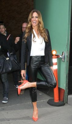 kelly bensimon pantaloni di pelle camicia bianca decollete colorate