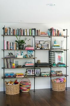 44 Awesome Open Shelving Bookshelves Ideas To Decorating Your Room. If you've got the room, do it! This living room has a lot of long horizontal simple built in shelves that even examine the doo. Style At Home, Sweet Home, Diy Casa, Pipe Shelves, Industrial Shelves, Pipe Bookshelf, Industrial Pipe, Industrial Style, Design Industrial