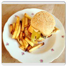 Omdat het bijna weekend is! Wel #homemade dus redelijk #gezond #healthy #burgers #friet #foodies #foodporn #food #chicascooking