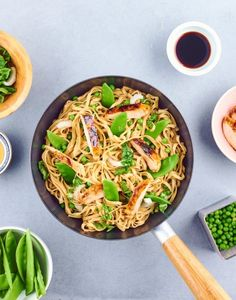 Wok de nouilles sautées au poulet, petits pois et pois gourmands : recette facile | Régal