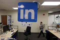 LinkedIn hat die Marke von sechs Millionen Mitgliedern im deutschsprachigen Raum geknackt. Doch das Karriere-Netzwerk bekommt neue Konkurrenz: Bald steigt auch Facebook in das Geschäft ein.