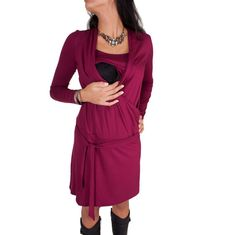 Viva la Mama | Nursing dress LISETT (bordeaux). A great gift for Valentine's Day, birth or baby shower! This enchanting knee-length breast feeding dress charms everybody with its Cache-Coeur neckline which is beautiful but also functional for discreet nursing. With its integrated sash to be knotted below the belly the dress is perfect for mummys with or without baby bump. It can be varied for different occasions, from elegant to casual. Beautiful maternity and pregnancy fashion