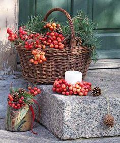 Für die Treppenstufen füllt man Weidenkorb und Krug mit reich behängten Ästen des kleinfrüchtigen Apfelbaums und kombiniert mit Kiefernzweigen sowie Zapfen. Hübsch dazu: eine Kerze im dicht gebundenen Kranz.