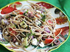 Spaghettisalat griechischer Art mit Schafskäse