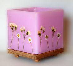 Un fanal es un farolillo que porta una vela en su interior como fuente de luz. Decorados con flores secas naturales Hurricane Candle, Beeswax Candles, Candle Making, Decorative Boxes, Spirituality, Honey, Cakes, Interior, Pink