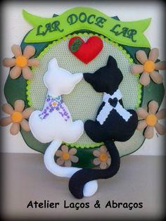 Guirlanda com base em MDF pintada. <br>Gatos com 20 cm confeccionados em feltro <br>Flores em feltro <br>Fundo com tecido. <br>40 cm x 40 cm. <br>Inteiramente feita a mão.