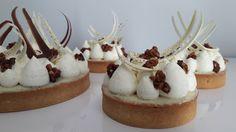 La recette permet de préparer 2 tartes de 16cm de diamètre, ou bien une tarte de 16cm de diamètre et plusieurs petites tartelettes de 8cm de diamètre. Composition: pâte sucrée amande, ganache tend…
