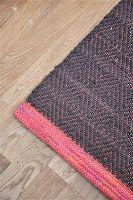 . . Telmas mattor har gåsögon i roströd linvarp. Här på plats i sitt nya vackra hem. Inslaget är svart utom i den vävda och fållade kanten,...