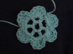 petite fleur toute simple au crochet...