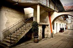 Que faire et voir à Cracovie pour découvrir la belle ville polonaise hors des sentiers battus ? On vous donne nos idées de visites et nos bonnes adresses ! Prague, Budapest, Road Trip Europe, Krakow Poland, Belle Villa, Germany Travel, Travel Inspiration, Beautiful Places, Around The Worlds