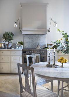 Boho Kitchen, Kitchen Styling, Rustic Kitchen, Kitchen Dining, Cottage Kitchens, Home Kitchens, Kitchen Vent, Swedish Decor, French Interior