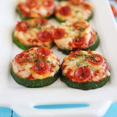 Zucchini Pizza Bites via The Comfort of Cooking (bite size snacks simple) Low Carb Appetizers, Appetizer Recipes, Party Appetizers, Recipes Dinner, How To Cook Zucchini, Cooking Zucchini, Healthy Zucchini, Grilled Zucchini, Stuffed Zucchini