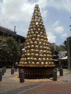 Ferrero Rocher Christmas tree @Melrose Arch pic.twitter.com/6vPwSHGP