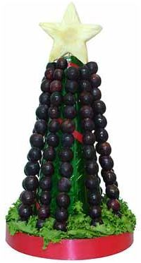Las 12 uvas de Nochevieja: a novel way of presenting the dozen grapes traditionally consumed at each stroke of midnight on New Year's Eve. Christmas Tress, Christmas Crafts For Kids, Christmas 2019, Christmas Decorations, Xmas, Christmas Ornaments, Holiday Decor, Fruit Creations, Food Decoration