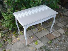 Petite table en bois peint blanc-cassé patiné et taupe