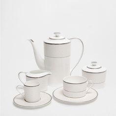geschirr aus knochenporzellan mit silberrand kitchen pinterest geschirr sterreich und tisch. Black Bedroom Furniture Sets. Home Design Ideas