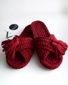 Crochet Fast And Comfortable Slippers - We Love Crochet Crochet Sandals, Crochet Boots, Crochet Art, Love Crochet, Crochet Clothes, Crochet Stitches, Crochet Slipper Pattern, Diy Bralette, Booties Crochet