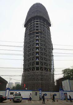 Formato fálico de prédio que será a sede do jonal do partido comunista virou piada no país (Foto: Petar Kujundzic/Reuters)