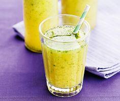 Snåla inte på ingefäran i denna uppiggande, vitaminstinna äppeldrink med citron och mynta. Det ska hetta till rejält i halsen när man dricker den. Då gör den som bäst nytta!
