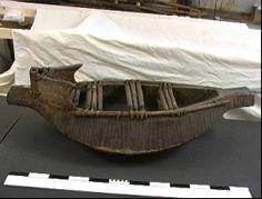 Museum Volkenkunde, Leidenbeschrijving:  Kano met scheppers en zeil. Tuigage en mast ontbreken.   functie:  vervoer over water herkomst:  Elmina