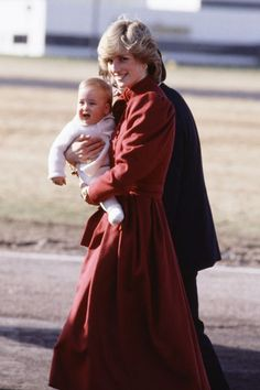 To celebrate the birth of the Prince of Cambridge, pics of another new mom. Diana, Princess of Wales, the definition of grace and style! Princess Diana Family, Royal Princess, Prince And Princess, Princess Charlotte, Princess Of Wales, Baby Prince, Young Prince, Diana Son, Lady Diana Spencer