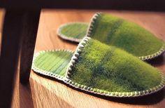 Pehmeät ja lämpimät kotitossut ommellaan vanutetusta villahuovasta. Kevyet tossut kulkevat kätevästi mukana myös matkoilla.