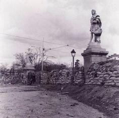 Puente de Toledo 1939. Madrid Spanish War, Foto Madrid, Vintage Photography, Statue Of Liberty, Travel, San Bernardo, Civil War Photos, Book Worms, Photograph Album