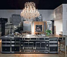 Un piano de cuisson noir pour une cuisine luxueuse - Des pianos de cuisson pour une cuisine de chef - CôtéMaison.fr