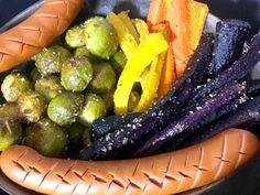Ofengemüse mit Geflügelwürstchen - ein einfaches Rezept zum selbstmachen. Mit bunten Karotten, Rosenkohl, Olivenöl und mageren Würstchen mit Joghurt.