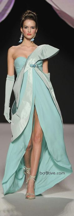 Gattinoni Spring Summer 2010 Couture is as exciting as more recent versions. Luminescent fabrics, pleats, layers & amazing attention to details. Haute Couture Style, Couture Mode, Couture Fashion, Runway Fashion, Foto Fashion, Fashion Moda, High Fashion, Womens Fashion, Beautiful Gowns