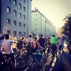 Die Critical Mass rollt wieder durch München! Um 20 Uhr Zwischenstopp an der Bavaria.  #criticalmass