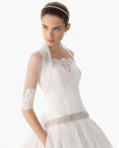 Chaqueta de tul para novia con mangas tres cuartos y detalles bordados de encaje - Foto Rosa Clará