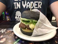 Pic Gorgonzola: hambúrguer de picanha, queijo gorgonzola, alface, tomate verde, maionese Yoda no pão black