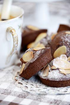 Chocolate-almond muffins // flour, yeast, eggs, butter, dark chocolate, milk, sugar, sliced almonds