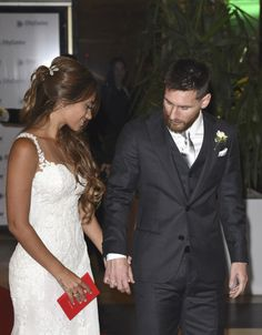 Lionel Messi and Antonela Roccuzzo greet the press after their civil wedding ceremony at the City Center Rosario Hotel & Casino on June 30 2017 in Rosario Argentina. Antonella Roccuzzo, Lionel Messi, Civil Wedding, Wedding Day, Wedding Ceremony, Fc Barcelona, Messi And Wife, Messi 2017, God Of Football