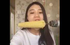 Ha cercato di mangiare una pannocchia di mais in 15 secondi ma ha perso qualcosa di prezioso. Video divertente diventato virale su YouTube.