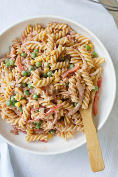 This Quick and Easy Pasta salad by Miss S is the best pasta salad going around! Christmas Pasta, Christmas Salad Recipes, Summer Christmas, Christmas Cooking, Christmas Goodies, Christmas Treats, Christmas 2019, Best Pasta Salad, Summer Pasta Salad