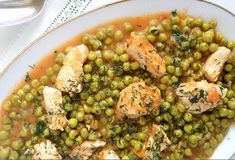 Sweet peas and tender chicken pieces in a delicious tomato gravy, topped with lots of dill, Romanian pea and chicken stew just like my grandmother used to make Eastern European Recipes, Creamy Asparagus, Tomato Gravy, Romanian Food, Romanian Recipes, Chana Masala, Stew, Meal Planning, Gastronomia