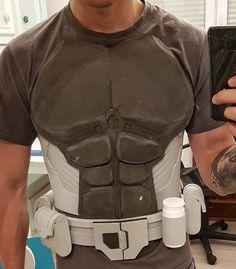 Batman Arkham Origins EVA Foam build by Kamilboy Cosplay. Belt template from The Foam Cave. Superhero Cosplay, Batman Cosplay, Cosplay Diy, Cosplay Costumes, Batman Arkham Origins, Cosplay Weapons, Cosplay Armor, Armadura Do Batman, Gambit Cosplay