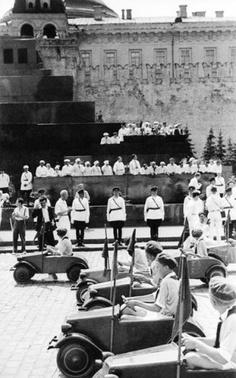 Юные автомобилисты на спортивном параде, 1935 год