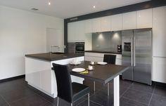 Moderne keuken in folie met granieten werkblad en achterwand in glas.
