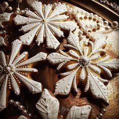 Very glam snowflake cookies from Teri Pringle Wood aka The Cookie Queen Fancy Cookies, Iced Cookies, Royal Icing Cookies, Custom Cookies, Cookies Et Biscuits, Drop Cookies, Christmas Biscuits, Christmas Sugar Cookies, Holiday Cookies