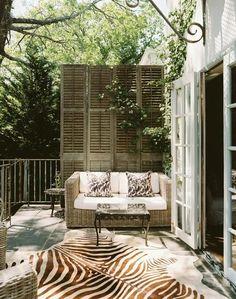 Balkon Terrassen holz sichtschutz zebra teppich weiß
